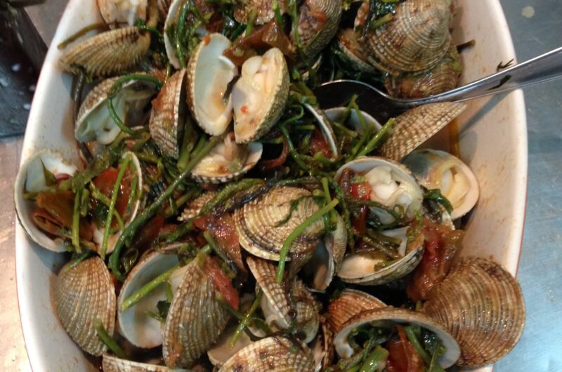 Grilled clams with tomato, samphire & garlic